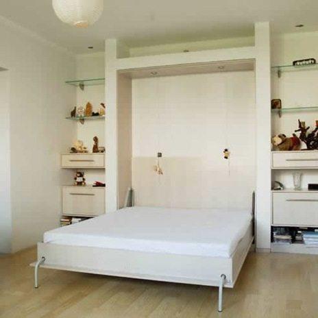 В нишу из гипсокартона могут быть утоплены не только полки и шкафчики, но и сама кровать