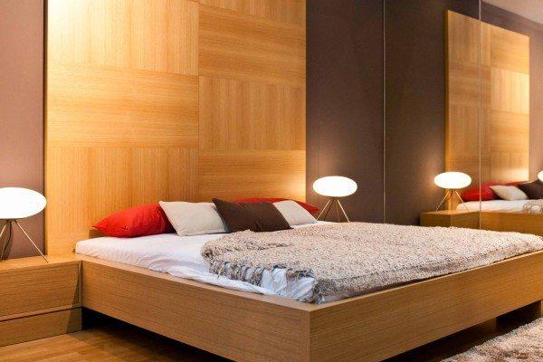 В просторной спальне хороши деревянные панели или их имитация - МДФ.