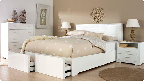 В просторных помещениях очень хорошо смотрятся белые спальни из массива натурального дерева, на фоне интерьера, оформленного в пастельных тонах.