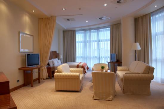 В спальне гармонизируют пространство занавесы из мягких тканей средней плотности и приглушенных оттенков.