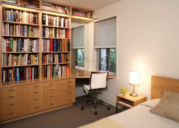 В спальне малогабаритной квартиры вполне можно найти место для письменного стола