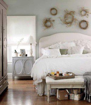 В зависимости от сезона, спальня в прованском стиле может быть украшена букетами и венками из сухих цветов и трав