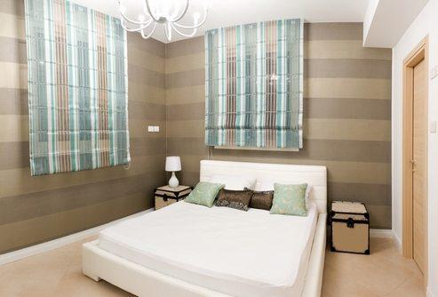 Вариант оформления небольшого помещения с использованием светлых полов и темных стен