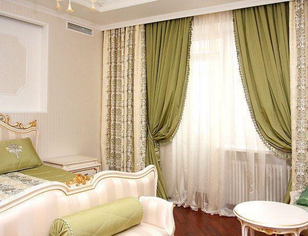 Вариант оформления окна полотнами разной степени плотности.