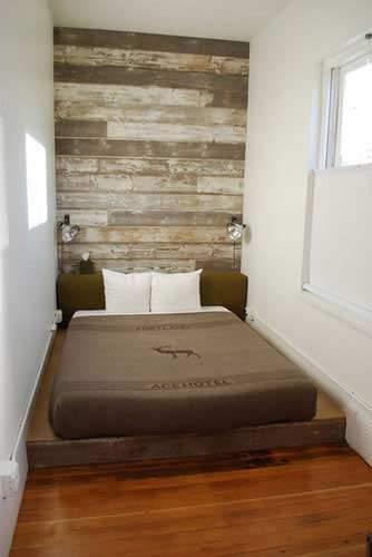 Вариант того, как обставить узкую спальню самостоятельно