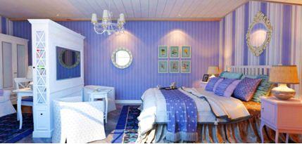 Вертикальные полосы визуально приподнимают потолок. Более широкие полосы на правой стене расширяют пространство и выделяют кровать.