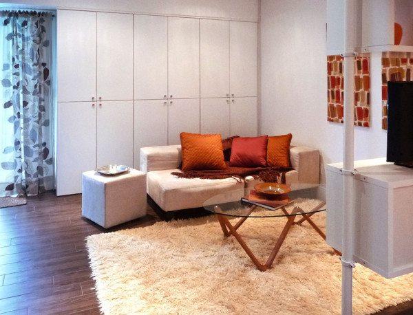 Вид гостиной, разграниченной с помощью стеллажа.