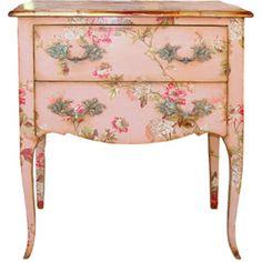 Винтажный столик – удивительное сочетание изысканности и уюта.