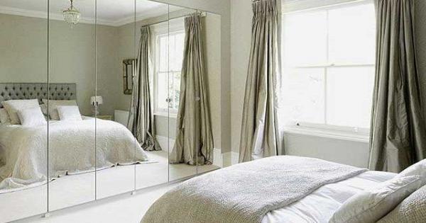 Владелец этой комнаты явно не интересуется учением Фэн-шуй, возможно - напрасно! Зеркальная стена в спальне отражает кровать.