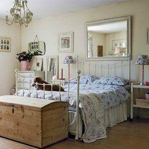 Вместо комода или шкафа можно поставить сундук для белья в спальню