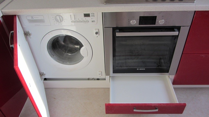 Встроенная стиральная машина позволит сэкономить место на кухне