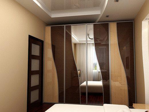 Встроенный шкаф с зеркальной поверхностью – идеальное решение для небольшой комнаты