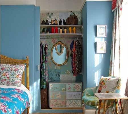 Встроенный шкаф в нише маленькой спальни, сделанный своими руками.