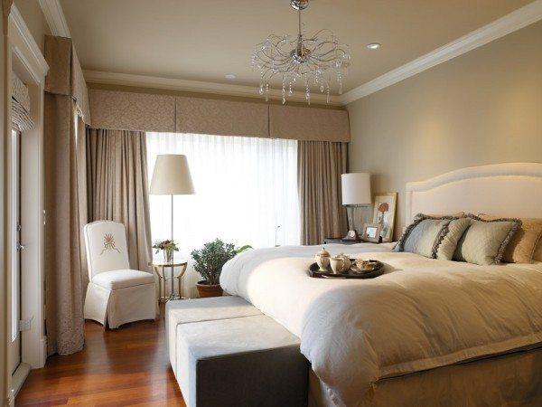 Выбирать текстиль для окон нужно в зависимости от стиля и настроения. Главное, чтобы бежевая спальня и шторы органично вписывались в общую идею оформления.