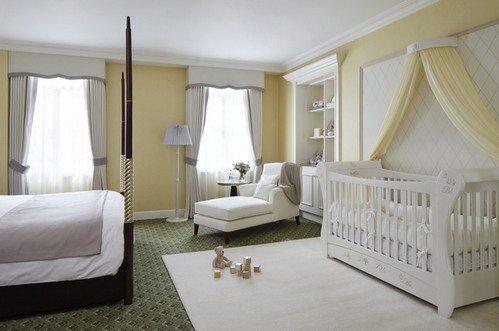 Выделение детской зоны белым напольным покрытием и белой отделкой стены