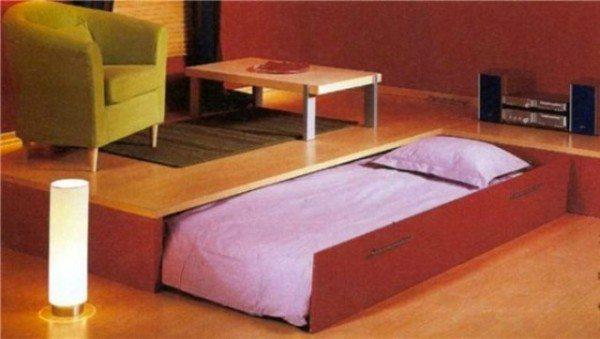 Выкатная кровать экономит много места