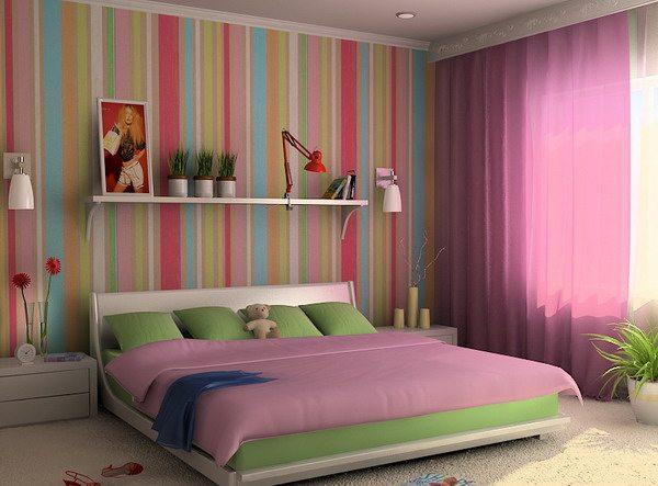 Яркая спальня с обоями с вертикальной полосой