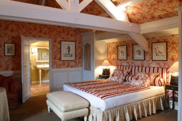 Законные атрибуты спальни: удобная деревянная мебель, яркие цвета.