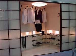 Здесь шкаф встроили в само пространство спальни – редко встречаемый, но, как оказалось, очень привлекательный вариант (фото «В»)