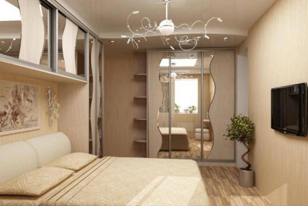 Здесь встроенный шкаф для спальни удачно вписался в нишу в стене (фото «Е»)