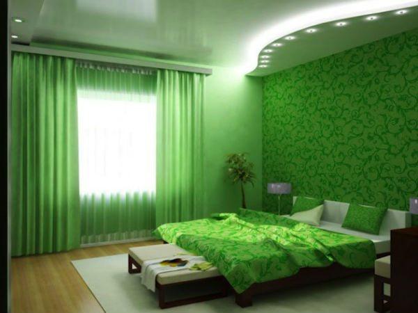 Зеленые обои в спальне сочетаются с покрывалом - очень гармонично.