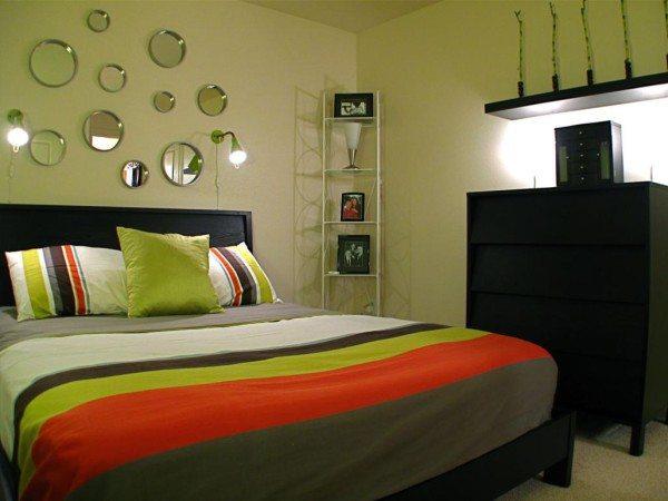 Зеркала разного диаметра – стильное решение вопроса, как украсить стену в спальне над кроватью.