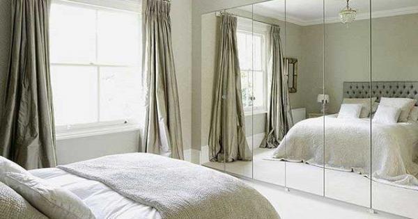 Зеркальный шкаф напротив кровати – в корне неверный вариант расположения