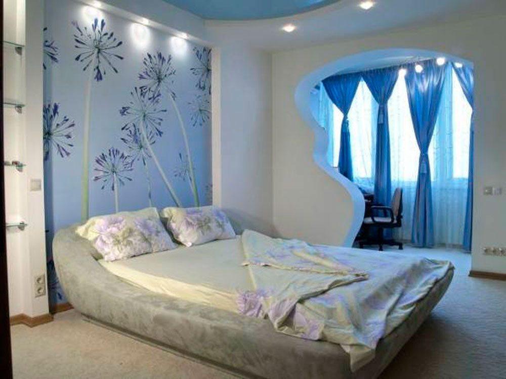 Зона спальни выделена при помощи гипсокартонных конструкций и встроенных светильников.